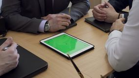 Vista em executivos das mãos Os homens têm a reunião no escritório vídeos de arquivo