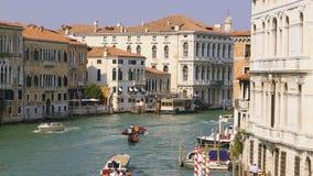 Vista em Grand Canal em Veneza no tempo da noite filme