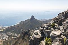 A vista em leões dirige da parte superior da montanha da tabela em Cape Town foto de stock royalty free