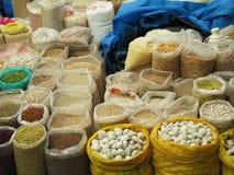 Vista em leguminosa cruas sortidos diferentes nos sacos de cima de Imagens de Stock Royalty Free