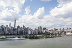 Vista em Manhattan da cidade no verão, New York City de Long Island, Estados Unidos da América foto de stock