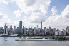 Vista em Manhattan da cidade no verão, New York City de Long Island, Estados Unidos da América fotografia de stock