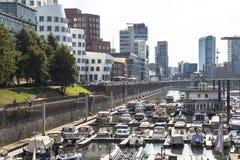A vista em meios abriga e botes em Dusseldorf imagens de stock royalty free