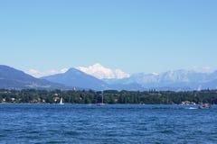 Vista em Mont-Blanc sobre o lago Fotos de Stock Royalty Free