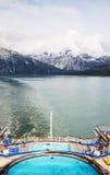Vista em montanhas de Alaska do navio de cruzeiros fotos de stock royalty free