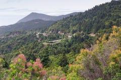 Vista em montanhas e em apiário perto da vila foto de stock