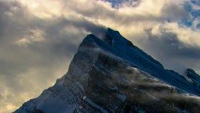 Vista em montanhas nevados do inverno no dia ventoso imagem de stock