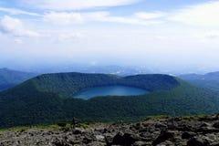 Vista em Onami Ike da parte superior do Mt Karakunidake, a montanha a mais alta na área do kogen de Ebino, Kyushu, Japão fotos de stock royalty free