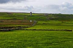 Vista em penhascos de Moher com a torre de protetor de Doolin, Irlanda imagens de stock