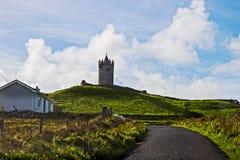 Vista em penhascos de Moher com a torre de protetor de Doolin, Irlanda fotos de stock