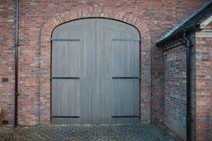 Vista em portas novas na casa do tijolo foto de stock
