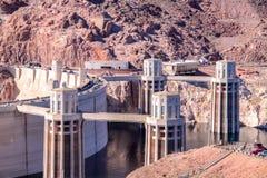Vista em quatro torres da entrada da barragem Hoover fotos de stock