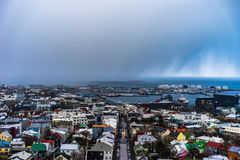 Vista em Reykjavik, Islândia, com uma tempestade da neve que vem sobre a cidade Fotos de Stock Royalty Free