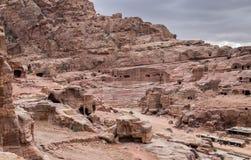 Vista em Roman Amphitheatre na cidade antiga do reino de Nabatean do árabe de PETRA imagens de stock