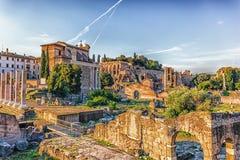 Vista em Roman Forum, em Tiberius Palace e no templo de Antoninus e de Faustina das ruínas de Aemilia da basílica imagem de stock royalty free