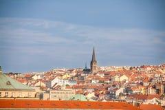 Vista em telhados alaranjados de Praga fotos de stock