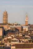 Vista em telhados de Veneza no por do sol foto de stock royalty free