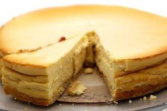 Vista em um bolo de queijo caseiro com uma parte cortada, persp incomum Fotos de Stock Royalty Free