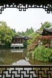 A vista em um jardim tradicional chinês imagens de stock
