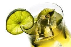 Vista em um vidro de cocktail, bebida misturada fresca do cal e gelo, sagacidade Fotografia de Stock