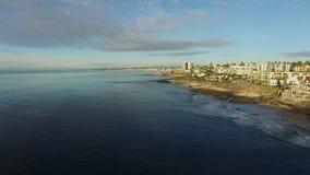 A vista em uma costa do Oceano Pacífico e do San Diego disparou do helicóptero filme