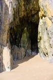 Vista em uma praia de Tenby da caverna Foto de Stock Royalty Free