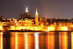 A vista em Valletta na iluminação da noite fotos de stock