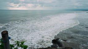 Vista emocionante da costa da ilha no oceano durante a maré de grandes ondas video estoque