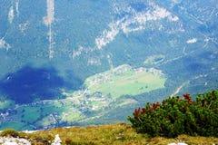 Vista emozionante e strabiliante dall'aria al paesino di montagna Immagini Stock Libere da Diritti