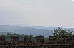 Vista encantador da parede do castelo de Wartburg às florestas ao redor imagem de stock