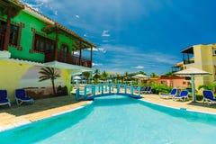 Vista encantadora de la piscina con los edificios arquitectónicos elegantes en fondo el día soleado Imágenes de archivo libres de regalías