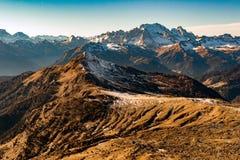 Vista enorme del paesaggio di panorama delle dolomia in primavera poco tempo della neve Immagini Stock