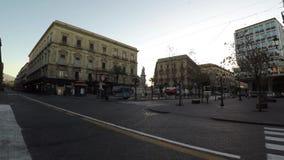 Vista entrante di camminata storica, costruzioni e negozi del quadrato 4k di Catania nell'alba stock footage