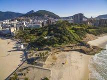 A vista entre duas praias bonitas Praia de Arpoador, praia do ` s do diabo, distrito de Ipanema de Rio de janeiro Brazil fotografia de stock