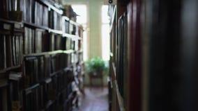 Vista entre fileiras na biblioteca filme