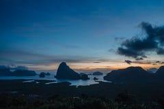 Vista epica dal punto di vista di Samet Nang lei ad una serie di isole nella baia thailand Siluetta delle isole a fotografia stock