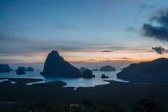 Vista epica dal punto di vista di Samet Nang lei ad una serie di isole nella baia thailand Siluetta delle isole a fotografie stock