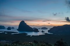 Vista epica dal punto di vista di Samet Nang lei ad una serie di isole nella baia thailand Siluetta delle isole a immagine stock libera da diritti