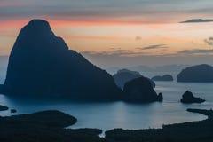 Vista epica dal punto di vista di Samet Nang lei ad una serie di isole nella baia thailand Siluetta delle isole a immagini stock libere da diritti