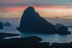 Vista epica dal punto di vista di Samet Nang lei ad una serie di isole nella baia thailand Siluetta delle isole a fotografie stock libere da diritti