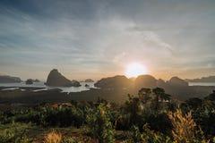 Vista epica dal punto di vista di Samet Nang lei ad una serie di isole nella baia thailand Siluetta delle isole a fotografia stock libera da diritti