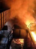 Vista epica di elaborazione del ferro di scoppio (tecnologia del fumo del fuoco del metallo) Immagini Stock Libere da Diritti