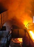 Vista epica di elaborazione del ferro di scoppio (tecnologia del fuoco del metallo fuso) Fotografie Stock Libere da Diritti
