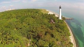 Vista erial della linea costiera e del faro di Florida video d archivio