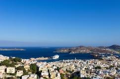 Vista a Ermoupolis, la capital de la isla de Syros, Cícladas, Grecia Imagen de archivo libre de regalías