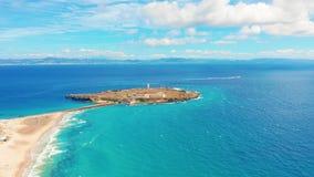 Vista escénica aérea del mar Mediterráneo y del océano Atlántico de España de la ciudad de Tarifa metrajes
