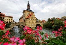 Vista escénica ayuntamiento viejo de Bamberg debajo del cielo nublado cambiante, una ciudad medieval hermosa en el río Regnitz foto de archivo