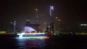 Vista escénica de barcos que brillan intensamente en el río Zhujiang, Guangzhou metrajes