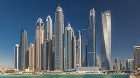 Vista escénica de Dubai Marina Skyscrapers con el timelapse de los barcos, horizonte, visión desde el mar, United Arab Emirates almacen de video