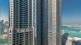 Vista escénica de Dubai Marina Skyscrapers del timelapse superior, United Arab Emirates almacen de metraje de vídeo